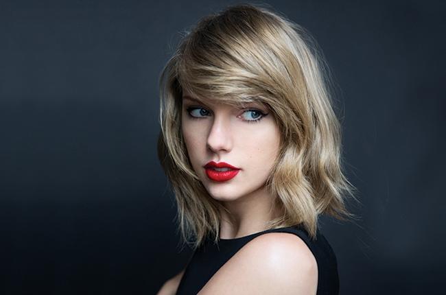 Photo of Taylor Swift y su escuadrón celebran el Cuarto de julio con diapositivas Patriótico un gigante 'Taymerica' en su patio trasero