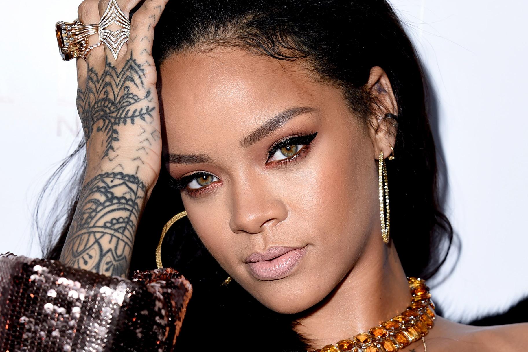 Photo of Rihanna diseña lujosa y brillante colección de zapatos para Manolo Blahnik