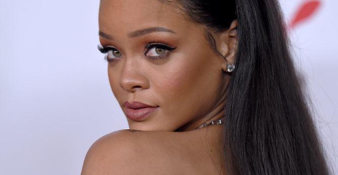 Photo of Rihanna  en un romántico momento con Hassan Jameel