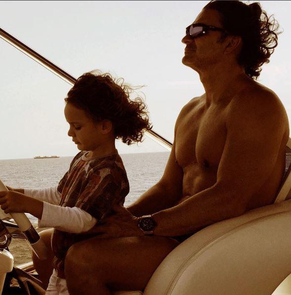 Photo of Ricardo Arjona se relaja un poco con su hijo
