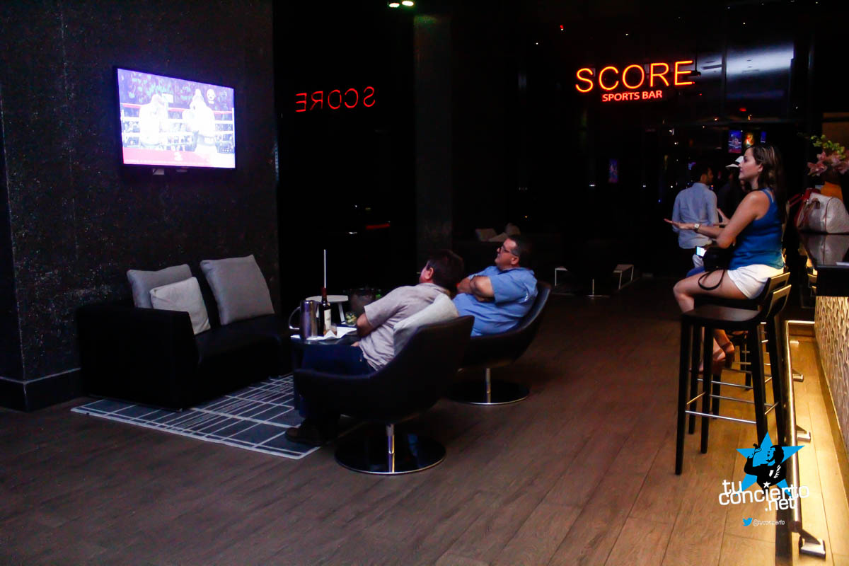 Photo of Canelo vs Colosky en Bar Score del Sortis Hotel