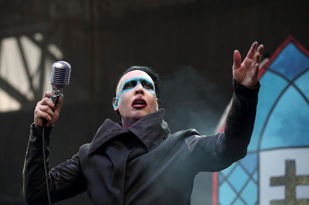 Photo of Marilyn Manson resulta lesionado al caerle decorado durante un concierto