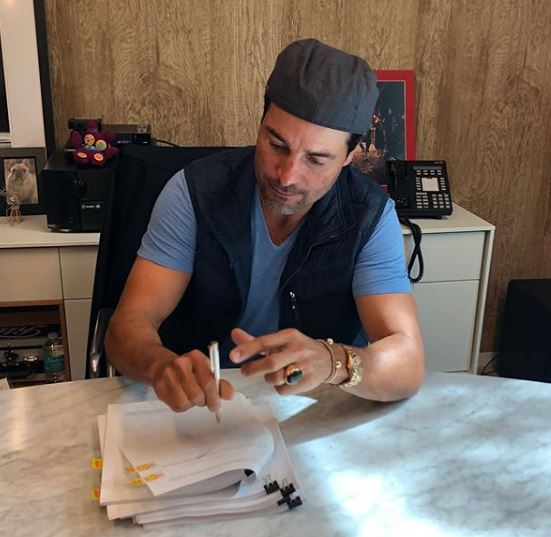 Photo of Chayanne reafirmando con Sony Music