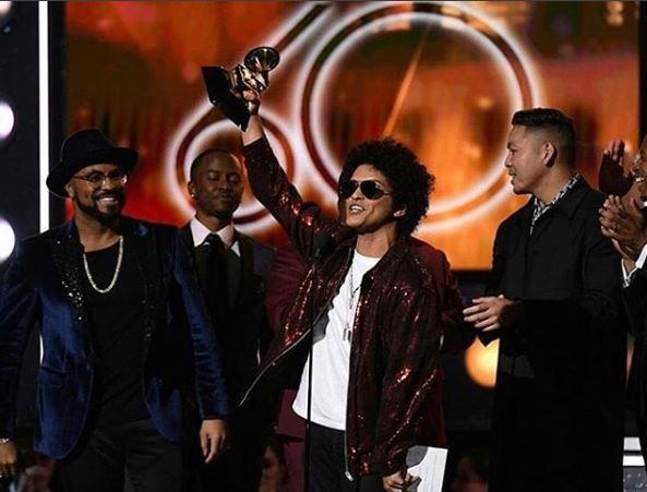 Photo of Bruno Mars triunfo en los Grammy