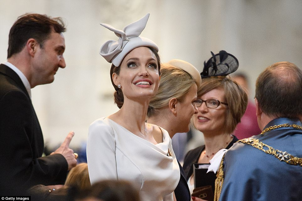 Photo of Angelina Jolie deslumbró en la Catedral de San Pablo en Londres.