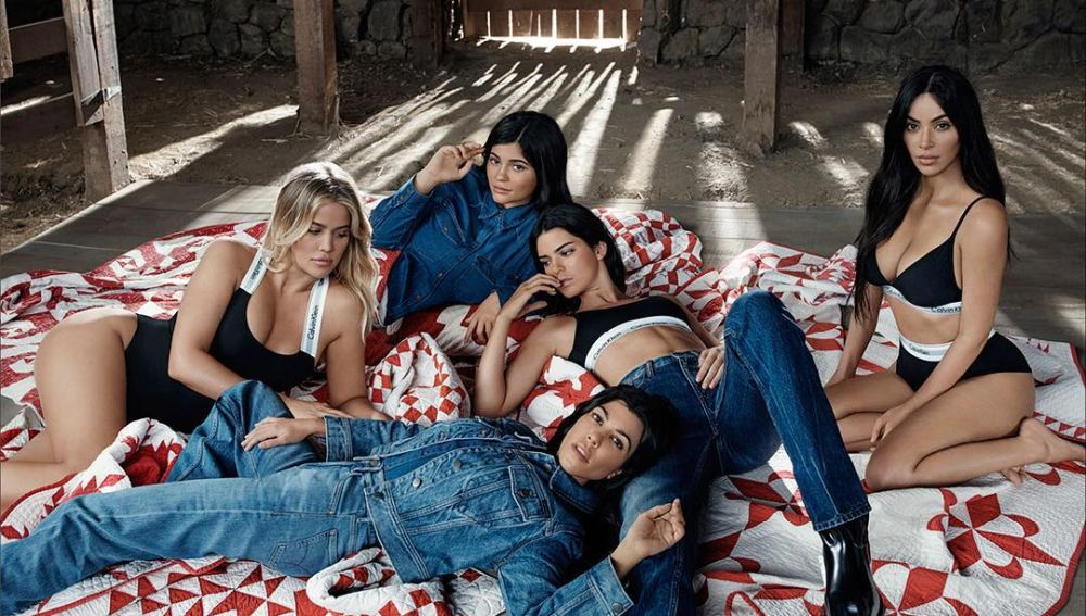 Photo of Las Kardashian exhibieron sus curvas para la marca «Calvin Klein»