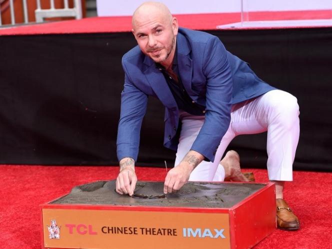 Photo of Pitbull deja sus huellas frente al Teatro Chino de Hollywood