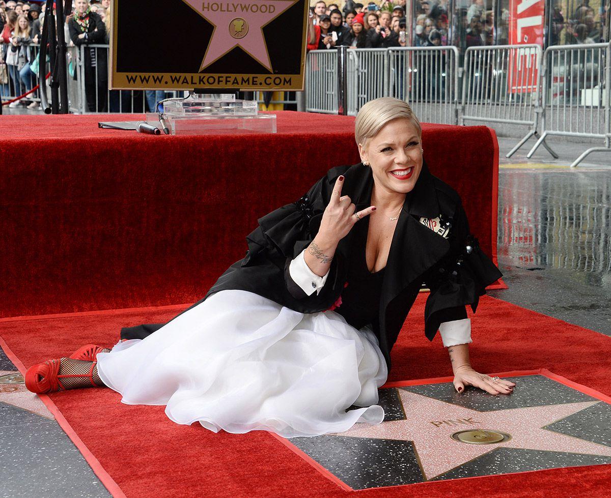Photo of Pink recibe estrella de la fama en Hollywood