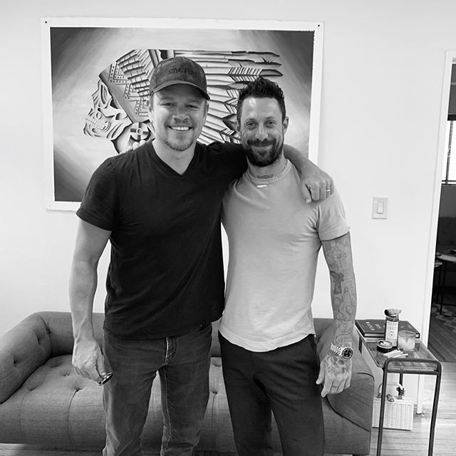 Photo of Daniel Stone tatúa a Matt Damon el nombre de sus cuatro hijas