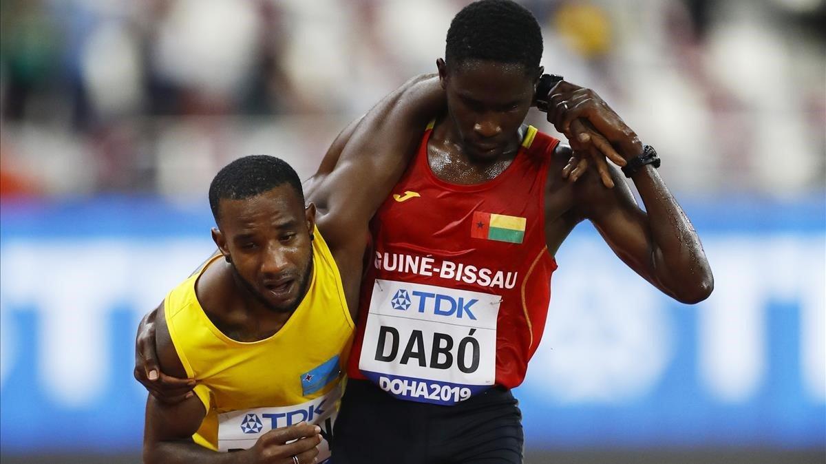 Photo of ¡Viral! La imagen del Mundial de atletismo de Doha, donde Jonathan Busby es ayudado por Braima Dabó