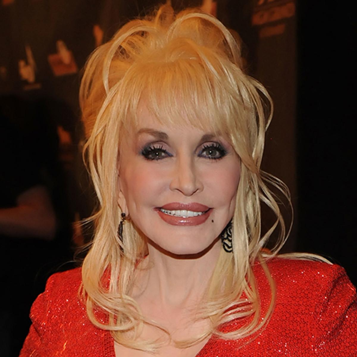 """Photo of Netflix muestra el primer avance de """"Dolly Parton: Acordes del corazón"""""""