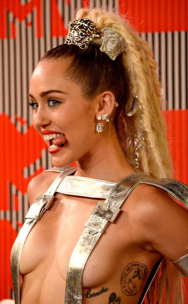 Photo of Miley Cyrus llegó a los MTV casi desnuda… ¡Mírala desde todos los ángulos! (+ Fotos)