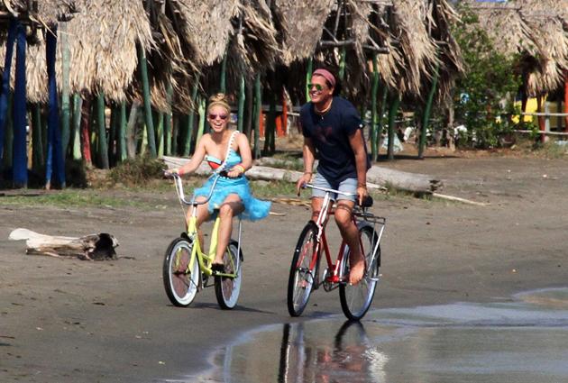 Photo of Shakira y Carlos Vives en bicicleta