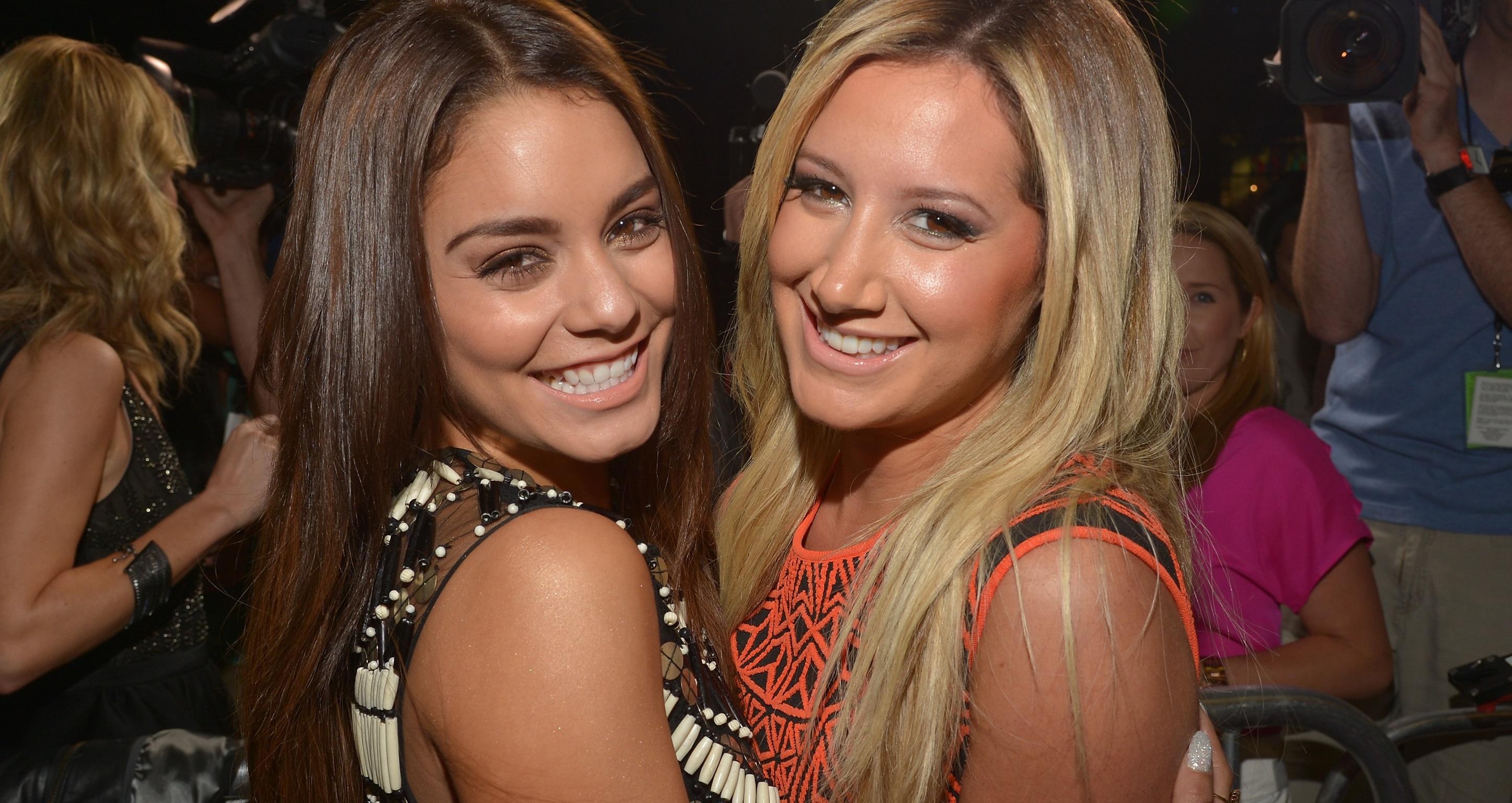 Photo of High School Musical Reunión! Ashley Tisdale y Vanessa Hudgens danza y canta en el concierto de LA Pal Selena Gomez