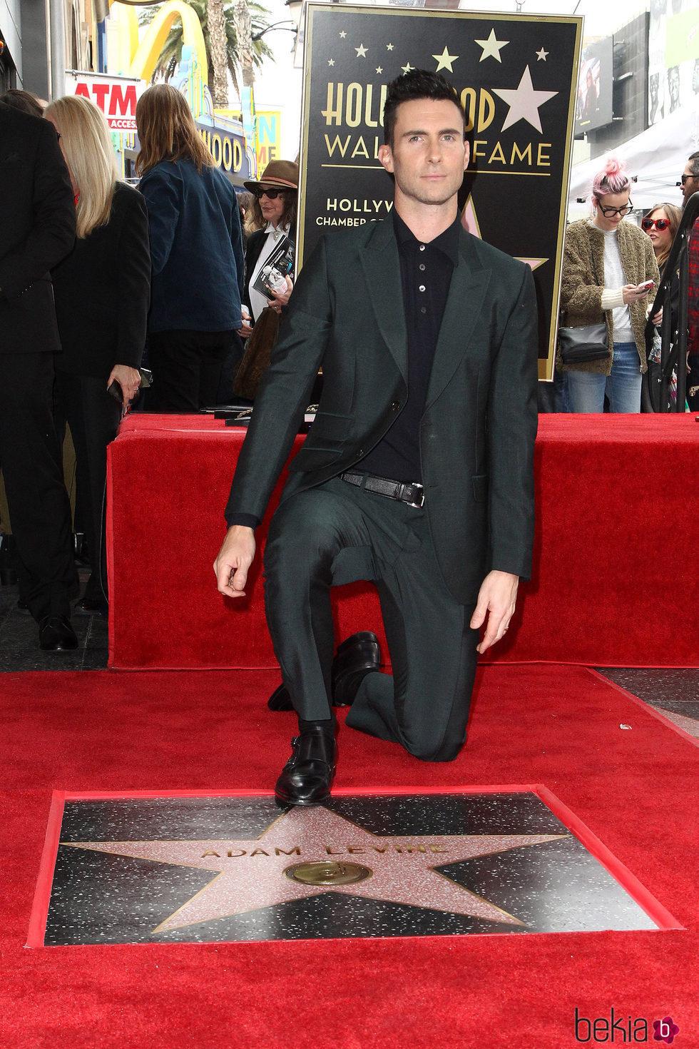 Photo of Adam Levine recibe su estrella en el paseo de la fama