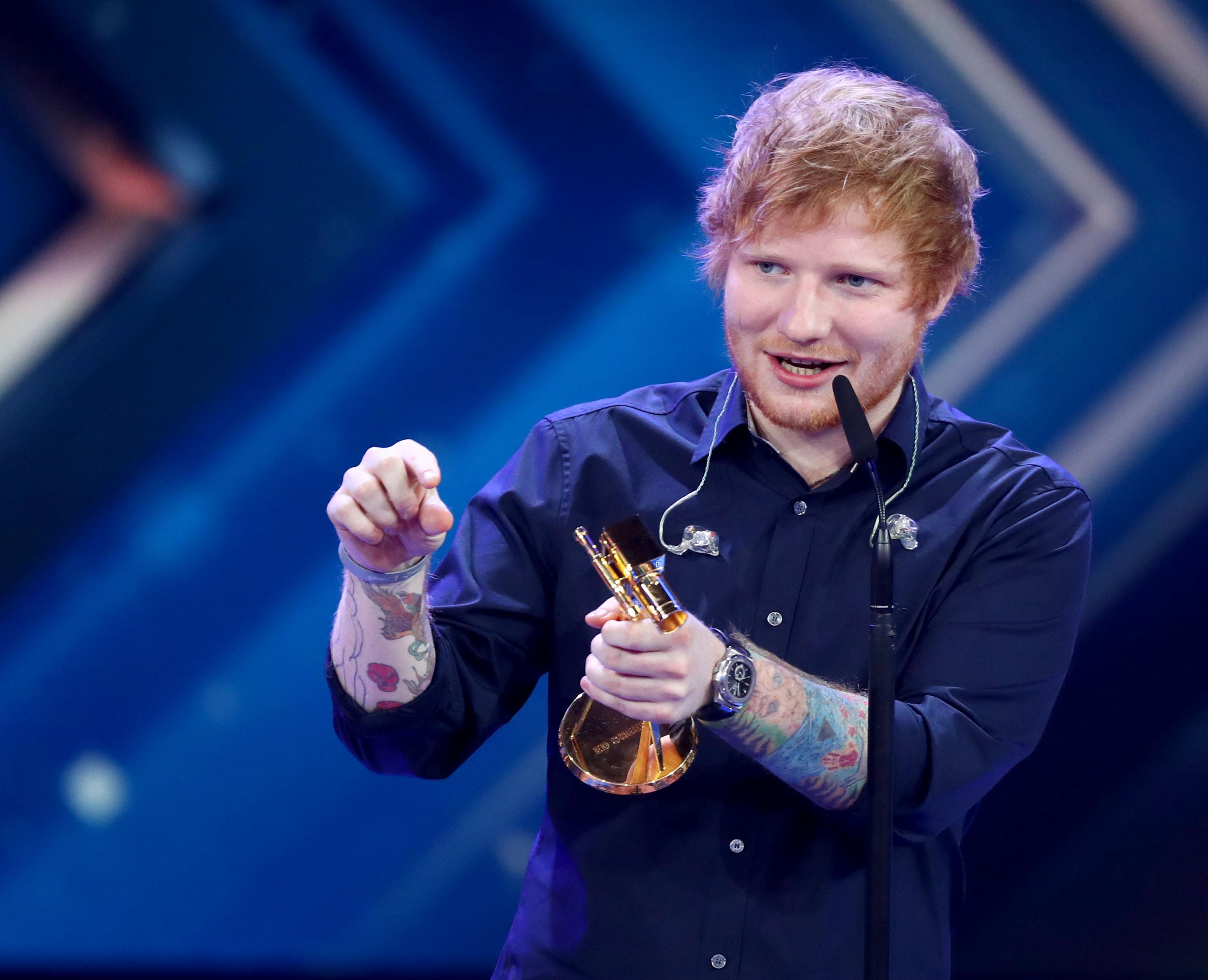 Photo of Ed Sheeran explica las «extrañas» circunstancias en que golpeó a Justin Bieber con un palo de golf