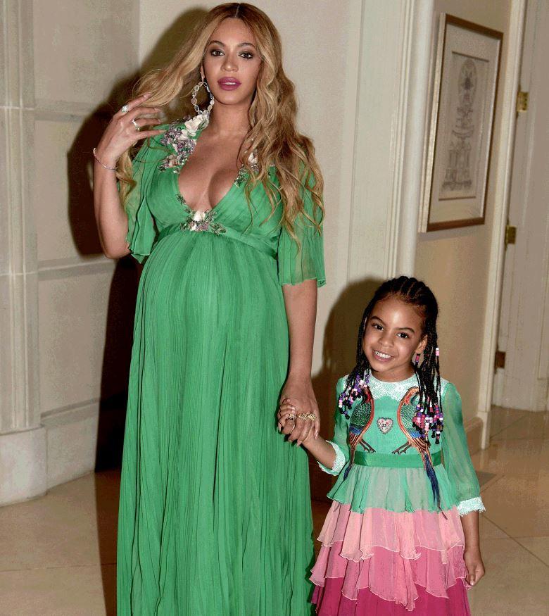 Photo of Beyoncé y su hija se lucen como verdaderas princesas en la premiere de «La Bella y la Bestia»