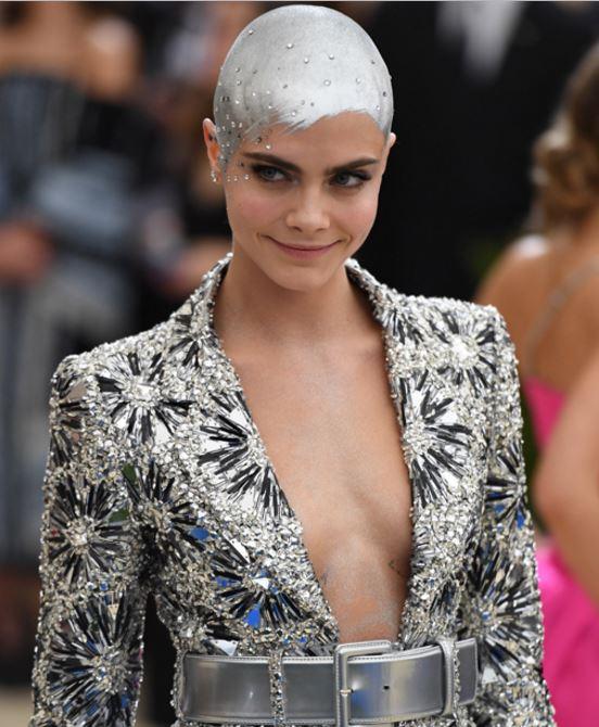 Photo of Cara Delevingne sorprendió con un look en la Gala MET