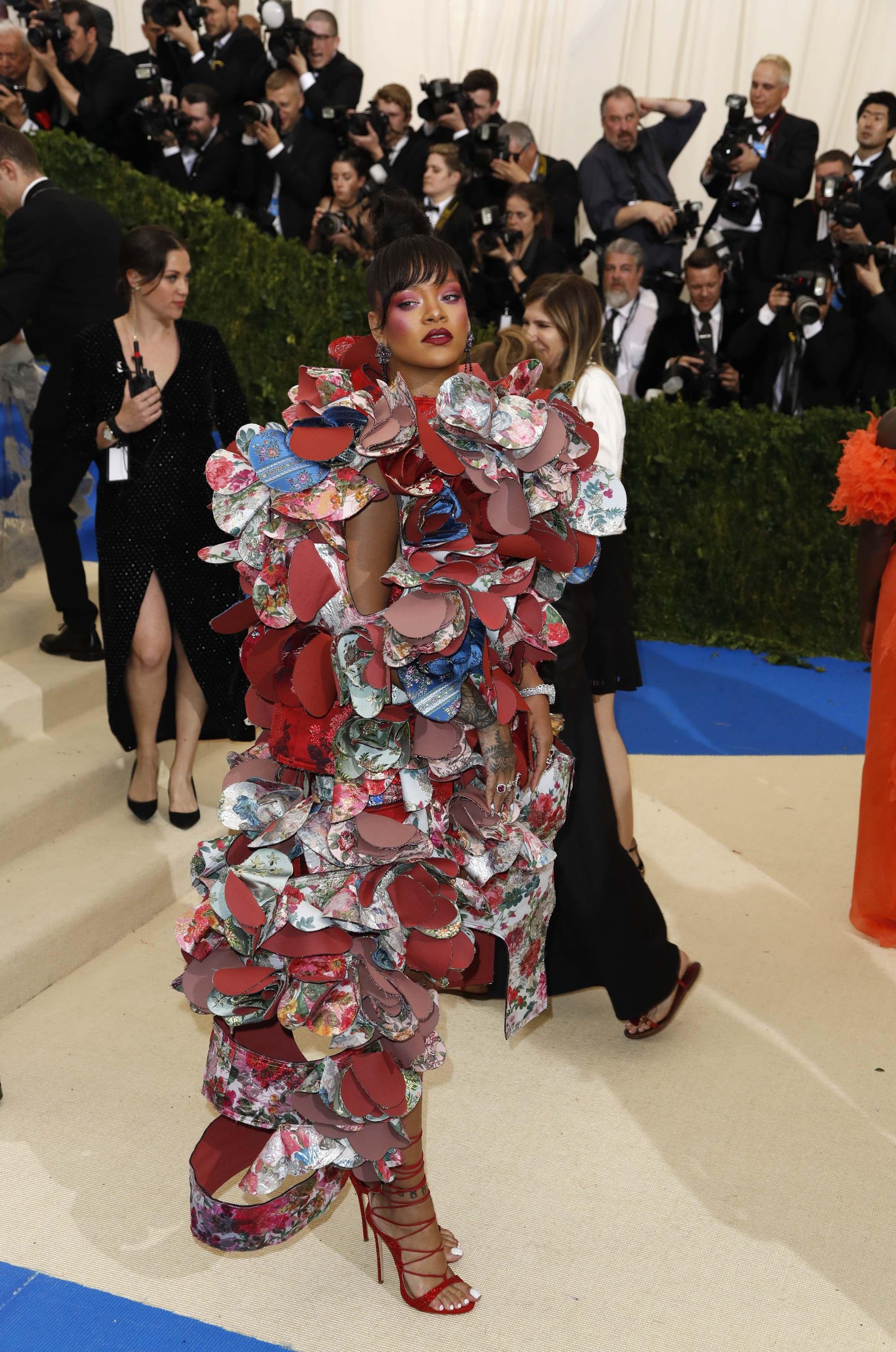 Photo of Rihanna no destiñe y sorprende con voluminoso vestido en la Gala MET