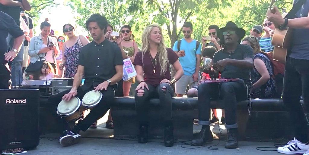 Photo of Shakira cantando Chantaje en Washington Square Park