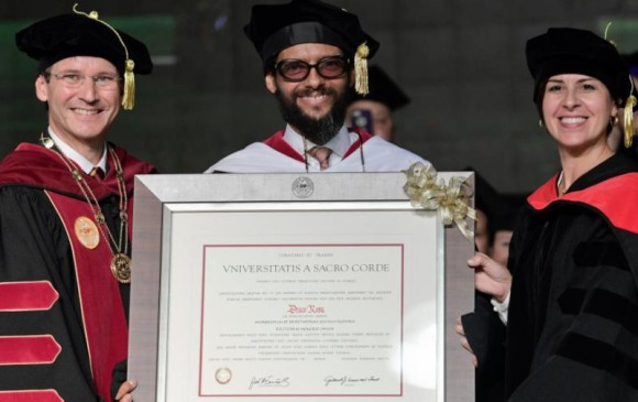 Photo of Draco Rosa ha sido reconocido con gran alegría como Doctor Honoris en Puerto Rico