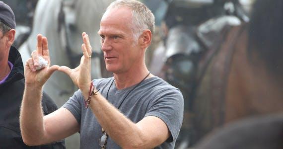 Photo of Alan Taylor, el director de «Game of Thrones», revela secretos de dragones, romance y cuervos