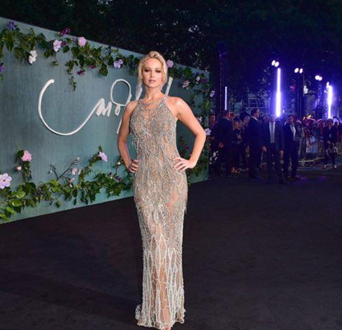 Photo of El revelador vestido de Jennifer Lawrence que acaparó miradas en Venecia