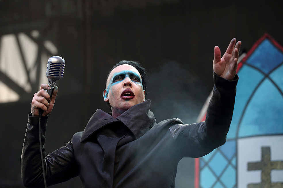 Photo of Marilyn Manson resulta lesionado al caerle decorado durante un concierto