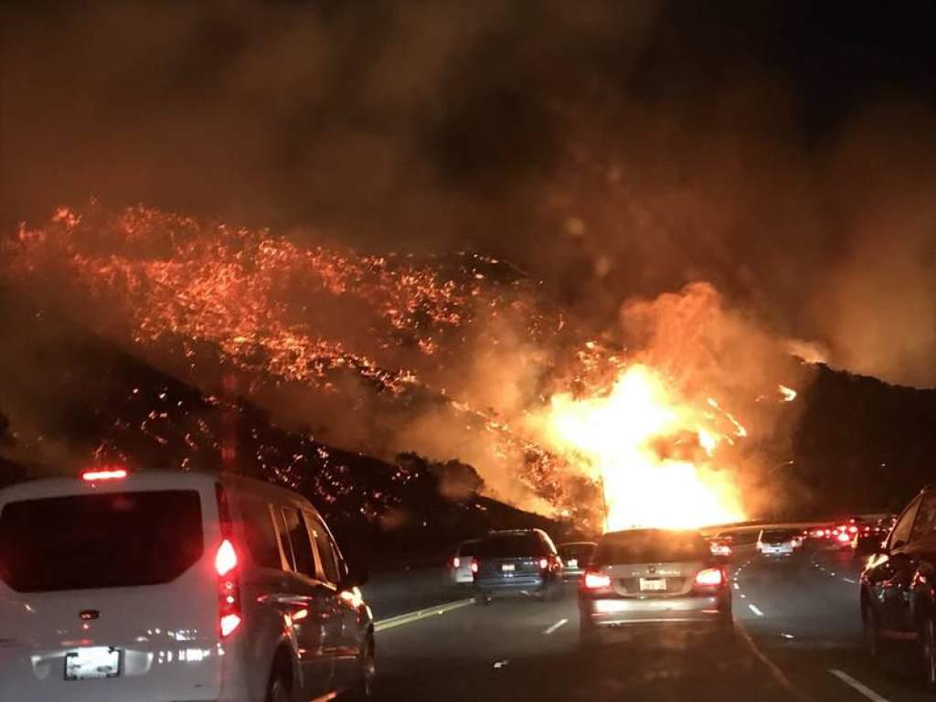 Photo of Continúa la evacuación por las llamas en Los Ángeles