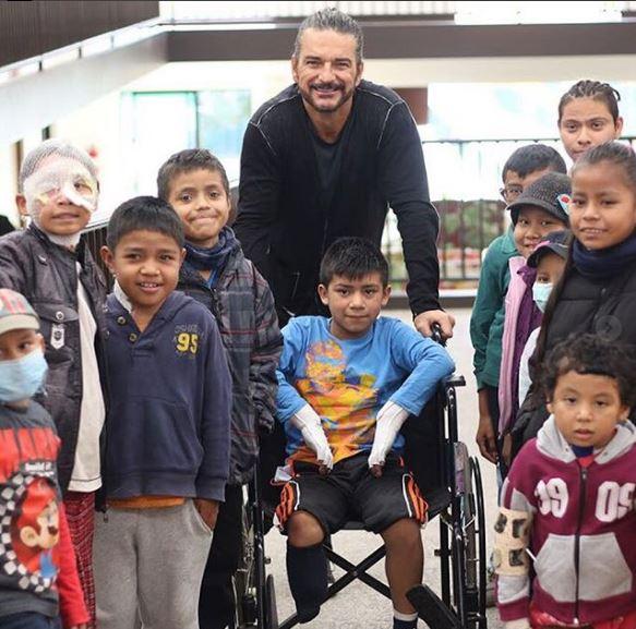 Photo of Ricardo Arjona visita la casa de Ronald McDonald de Guatemala