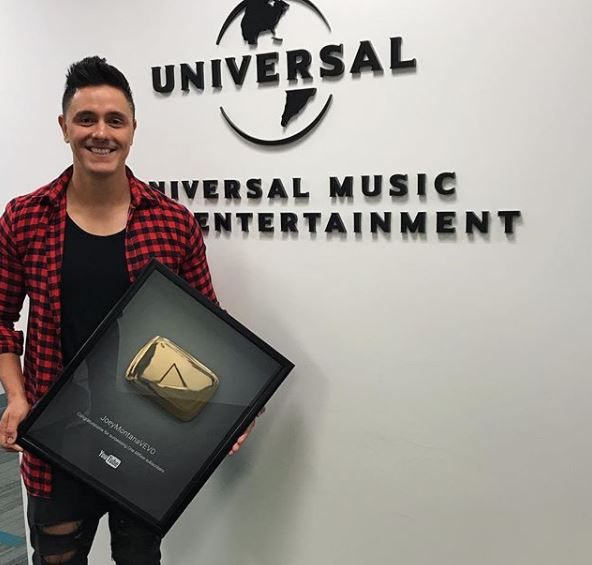 Photo of Joey Montana recibe certificado de Vevo