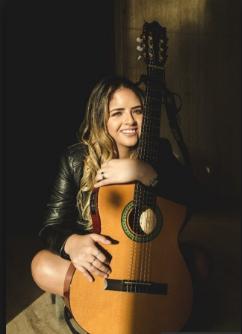 "Photo of Adriana Moreno presenta su disco debut «Abrázame"""
