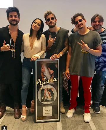 """Photo of Becky G y Natti Natasha alcanzan Disco de Platino por """"Sin Pijama"""""""