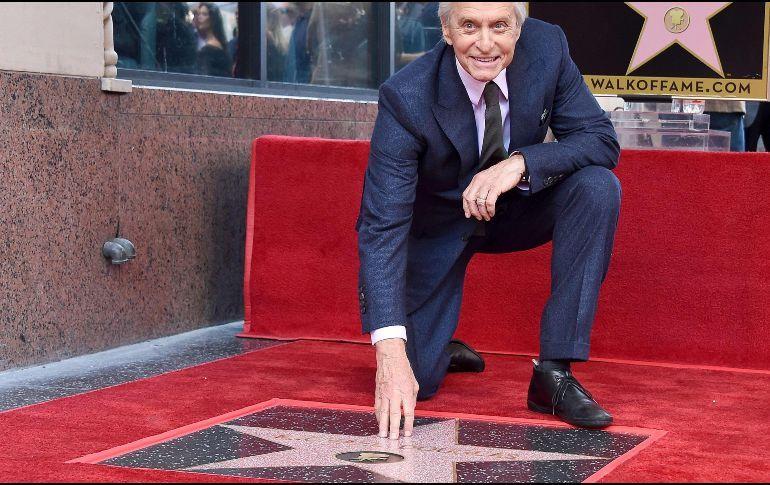 Photo of Michael Douglas recibe su estrella en el Paseo de la Fama en Hollywood