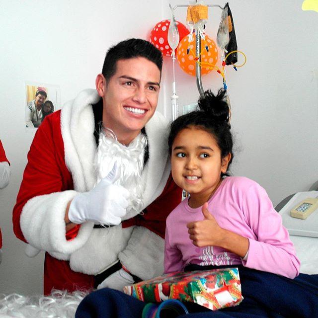 Photo of James Rodriguez entrega regalos en la fundación Colombia Somos Todos