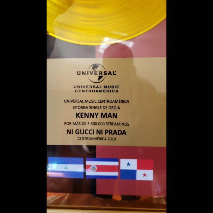 Photo of Kenny Man recibe disco de oro por «Ni Gucci ni Prada»