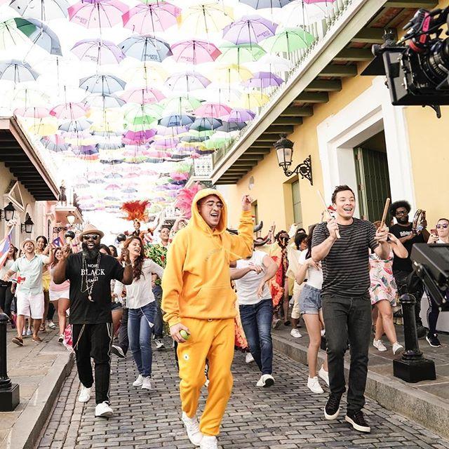 Photo of Bad Bunny y Jimmy Fallon  por las calles de Puerto Rico