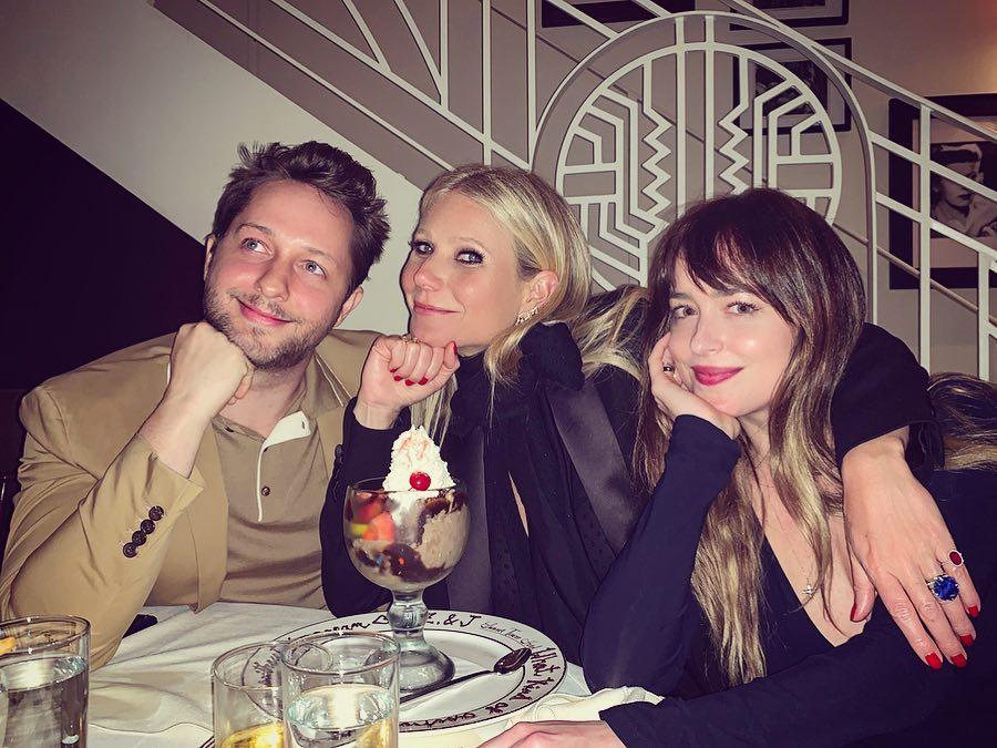 Photo of Gwyneth Paltrow y Dakota Johnson mostrando su amistad más allá de Chris Martin