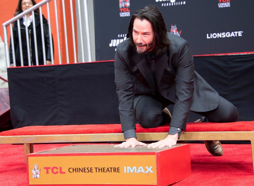 Photo of El actor Keanu Reeves inmortaliza sus huellas y firma en Hollywood