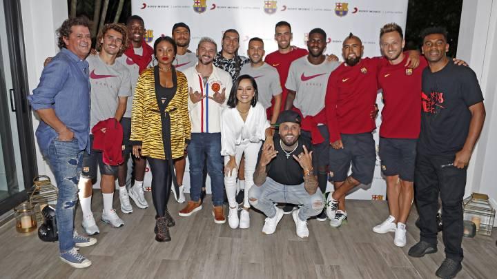 Photo of Becky G, Carlos Vives, Nicky Jam, Chocquibtown y Pedro Capó cantan con los jugadores del FC Barcelona