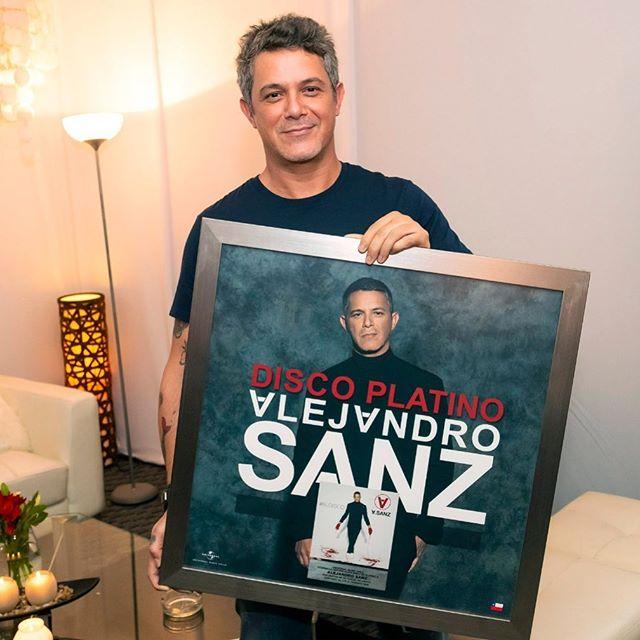 Photo of Alejandro Sanz recibe Disco de Platino por 'El Disco'